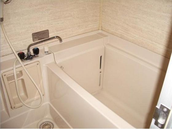 浴室少しゆとりのある浴槽