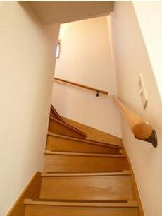 共有部分2Fに続く階段です♪戸建ならではテンション上がります(o^^o)♪