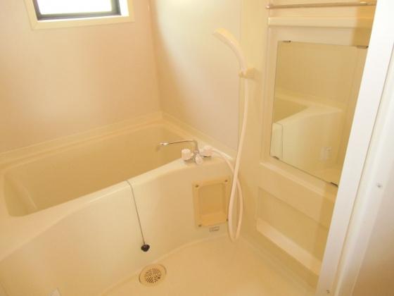 浴室窓があり明るくて換気もラクラクの浴室