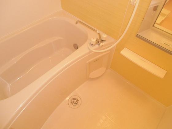 浴室追い炊き完備の広々とした浴室