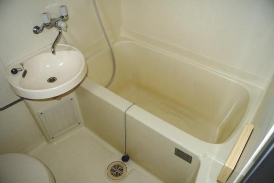 浴室足を伸ばせるサイズのお風呂。