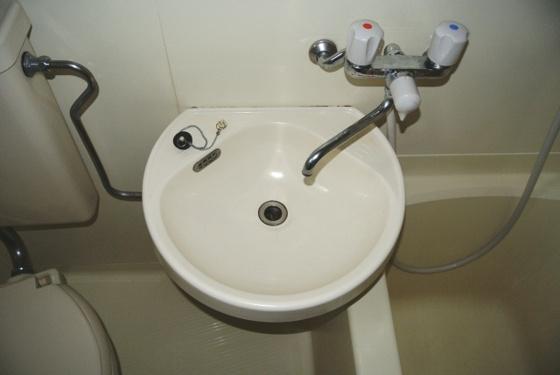洗面所コンパクトな洗面台が完備。