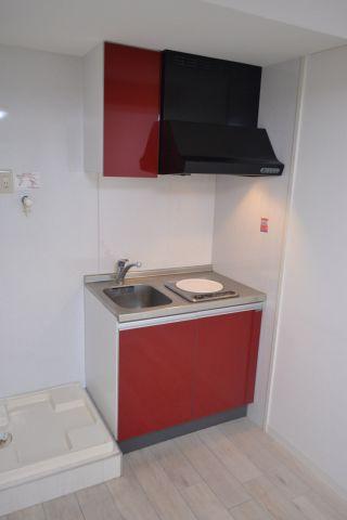 キッチンダークレッドのオシャレなシステムキッチン