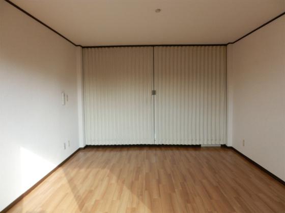 内装洋室その3・アコーディオンカーテンを閉めたところ
