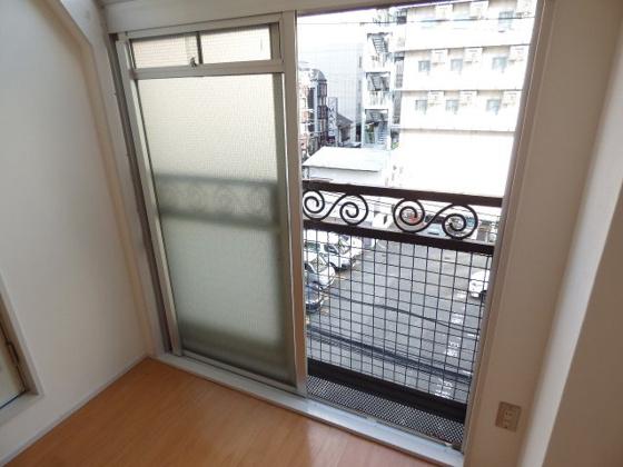 バルコニー開放的な窓があります。