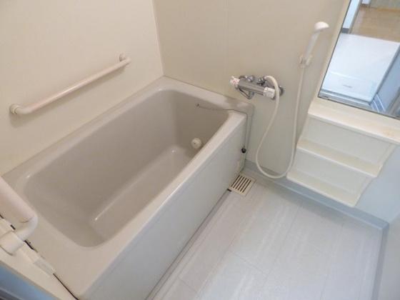 浴室バスタブが広く足が伸ばせます。