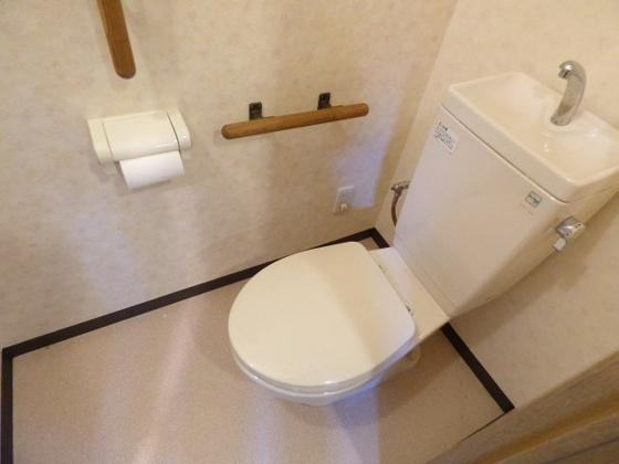 トイレ手すり付きで安心ですね。