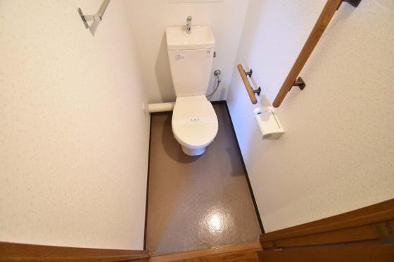 トイレ手すりが付いて安心のトイレ。