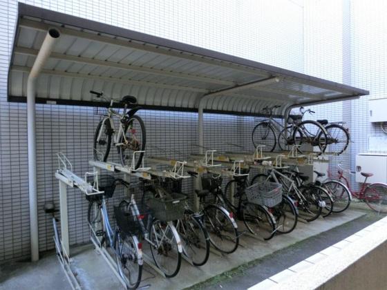 敷地に3ヶ所ある駐輪場(2ヶ所目)