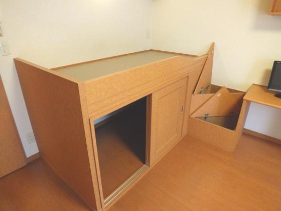 寝室階段・ベット下は収納スペース