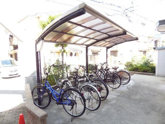 その他雨の日も安心の屋根付駐輪場