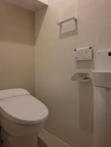 トイレ最新式のタンクレストイレ。