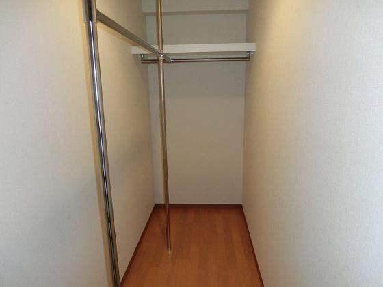 収納廊下にウォークインクローゼットがあります