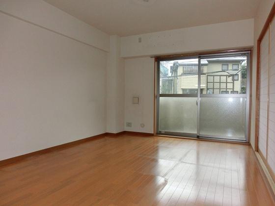 居間14.7帖の洋室 ベランダ側に大きな掃出し窓があります
