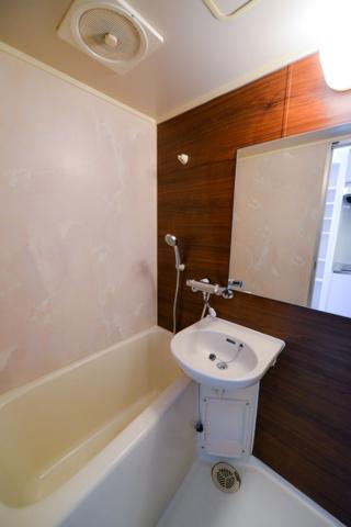 浴室壁一面デザインシート貼り ワイドミラー サーモスタットバス水栓メタルシャワーヘッド付き