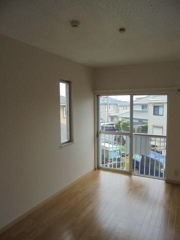 洋室サンコート浜竹22の洋室 小窓があり、明るいお部屋です。
