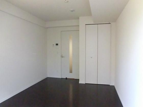 洋室洋室その2・フローリングの色とドアとクローゼットの色はお部屋によって違いあり