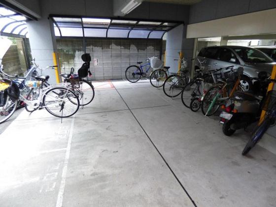 その他雨の日も安心の屋内駐輪場。