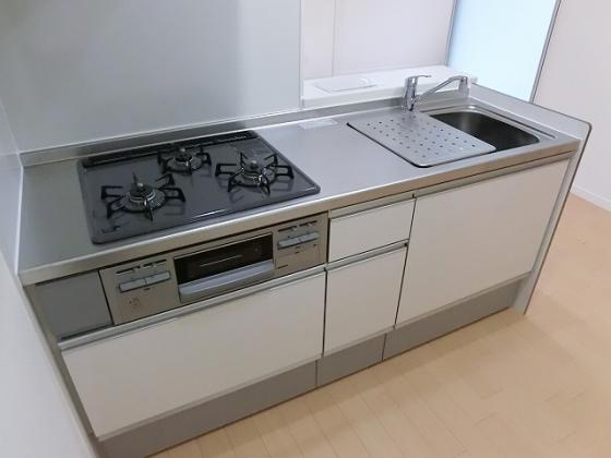 キッチン3口ガスコンロにグリル付のシステムキッチンとなっております