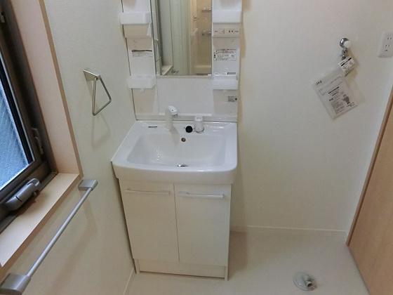 洗面所洗髪洗面化粧台とその横は洗濯機置き場