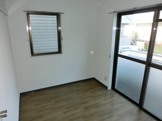 洋室北側の4帖洋室 バルコニーに面し、2面採光です