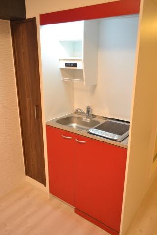 キッチンオシャレな赤いシステムキッチン