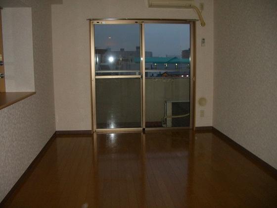 洋室フローリングの洋室 出窓があります