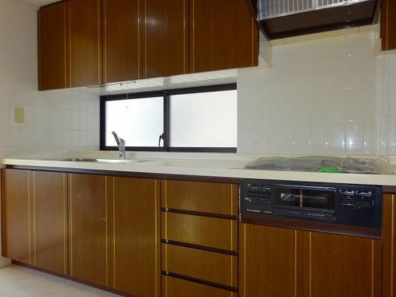 キッチン窓付、3口ガスコンロにグリル付のシステムキッチン