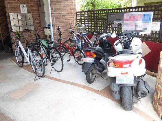 その他共用敷地内に駐輪スペース有り。