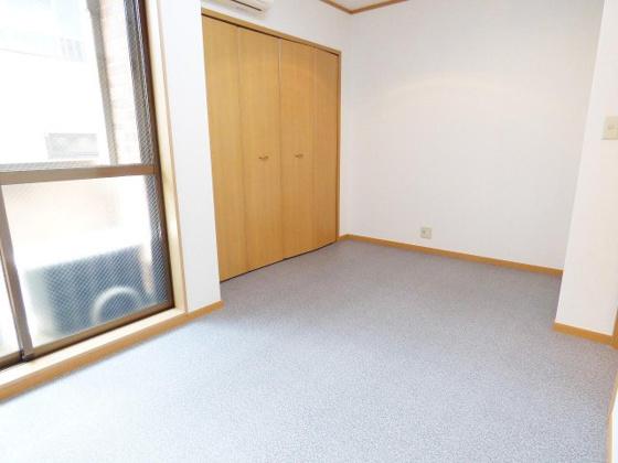 居間すっきりと落ち着きのある空間。