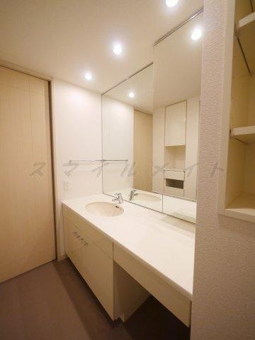 洗面所大きな鏡が特徴の綺麗な独立洗面台、二面鏡です。