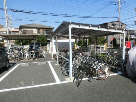 敷地に3ヶ所ある駐輪場(1ヶ所目)