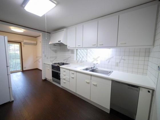キッチンお料理楽々システムキッチン・ガスコンロ3口・グリル付きです。