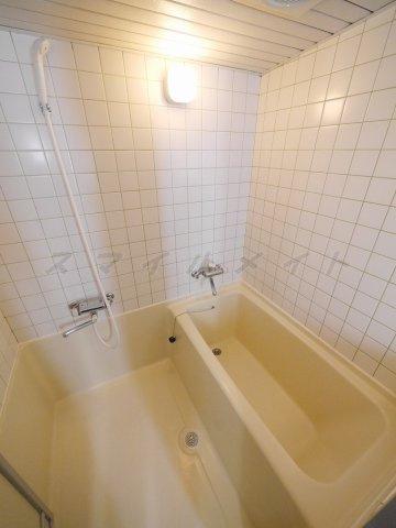 浴室一日の疲れをとる清潔感のあるバスルームです。