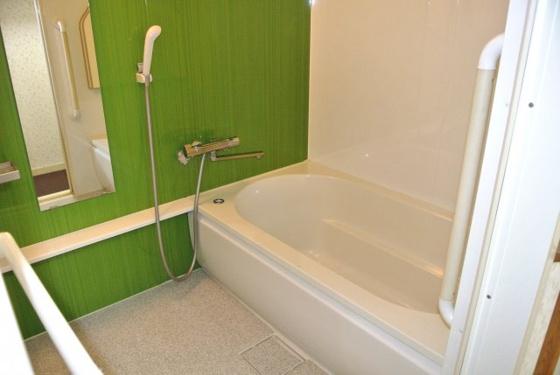 浴室清潔感あふれるバスルーム。