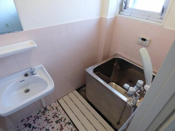浴室窓があり換気も出来ますね。