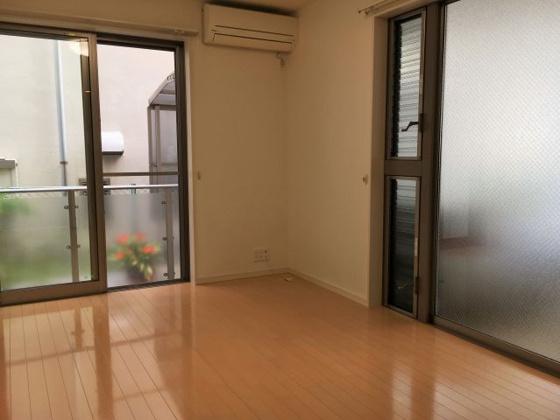 洋室大きな窓が2面ある明るい室内