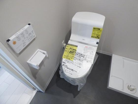 トイレ嬉しい温水洗浄便座完備です。