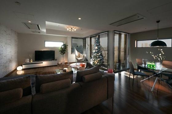 居間窓が多く、陽当たり・眺望ともに良好な室内