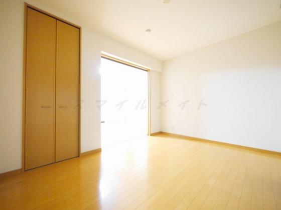洋室6帖の寝室です。広々クローゼット付です。