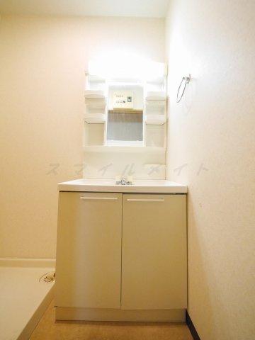 洗面所朝の身支度に便利な独立洗面台・シャンプードレッサー付きです。