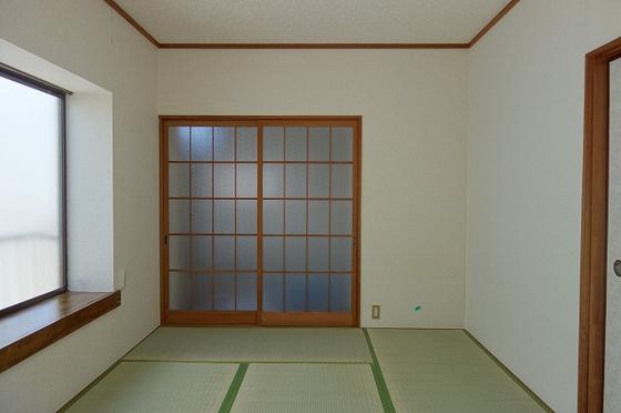 和室角部屋につき出窓あり