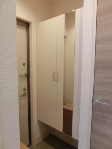 玄関シューズボックスに鏡がありますので、身だしなみのチェックもできます
