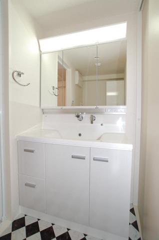 独立洗面台三面鏡付きシャンプードレッサー