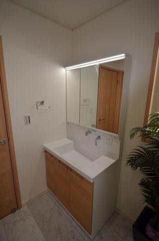 (第2期25号棟)同仕様洗面化粧台(すべり台ボウル、エアインシャワー、三面鏡)
