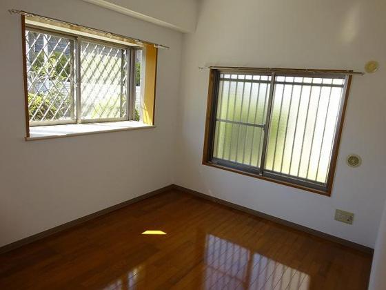 洋室5.6帖洋室、こちらのお部屋にも出窓があります