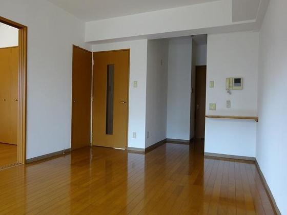 居間11帖LDK、バルコニー側から、TVモニターホン付となります