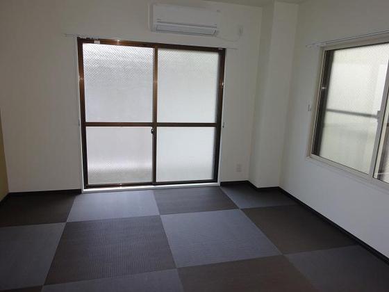洋室琉球畳風のお部屋になっている8帖のお部屋
