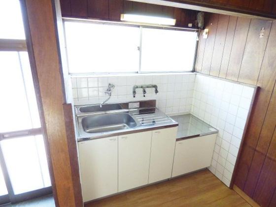 キッチン窓がある明るいキッチン。