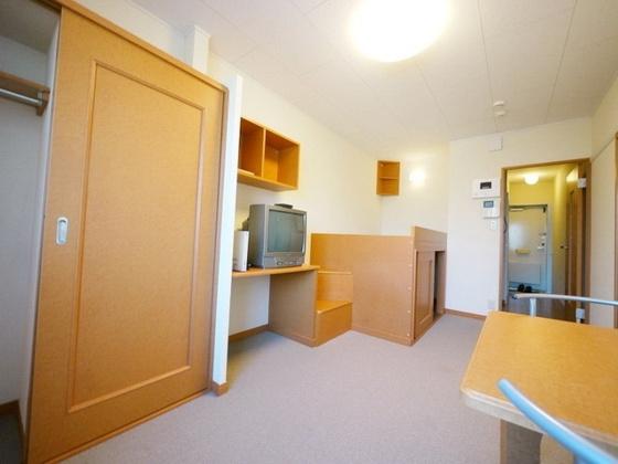 居間1階:フローリング、2階:じゅうたん張り